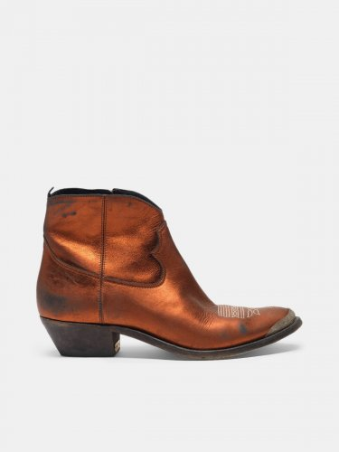 Young ankle boots in laminated leather with cowboy-style decoration