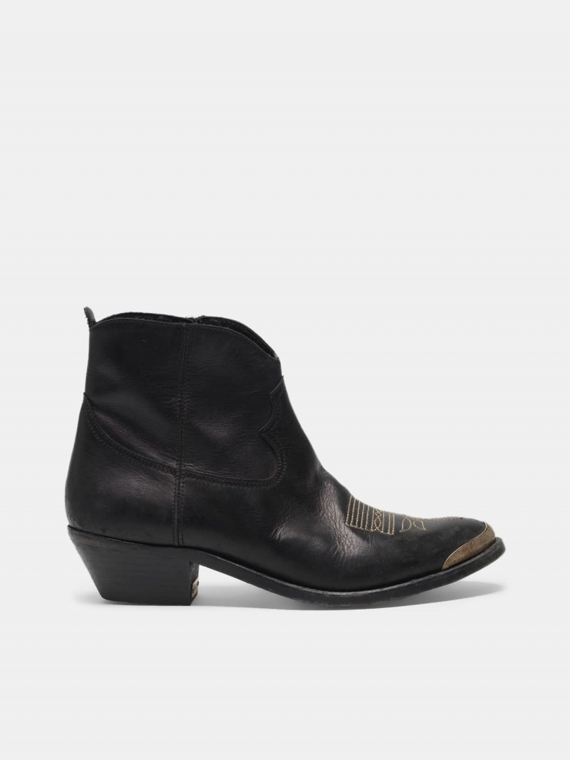 Young ankle boots in leather with cowboy-style decoration